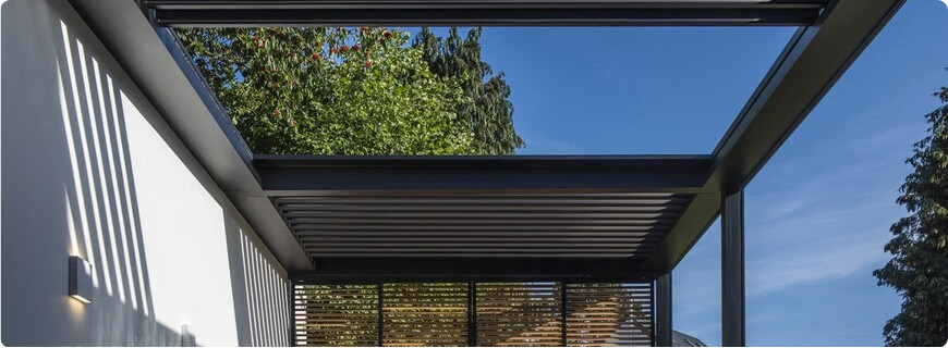 pergola bioclimatique avec toiture à lames rétractables