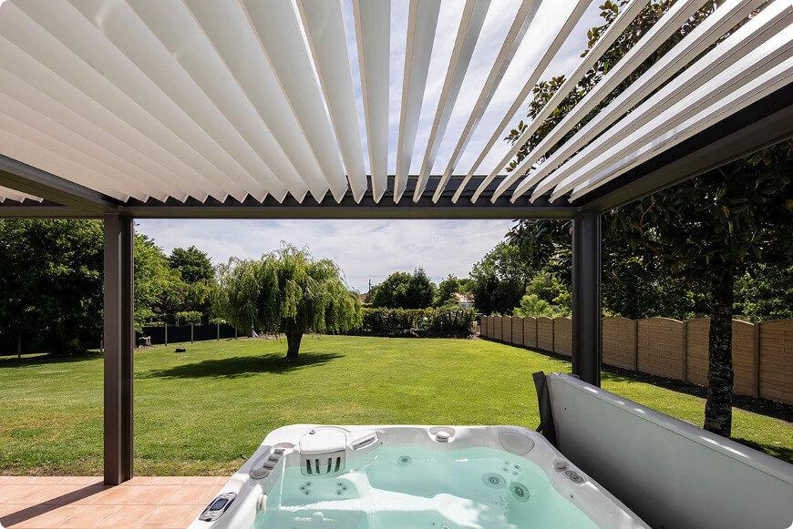 pergola bioclimatique de terrasse comme abri spa