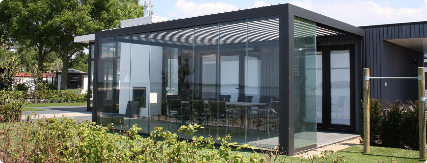 pergola bioclimatique fermée avec parois en verre coulissantes